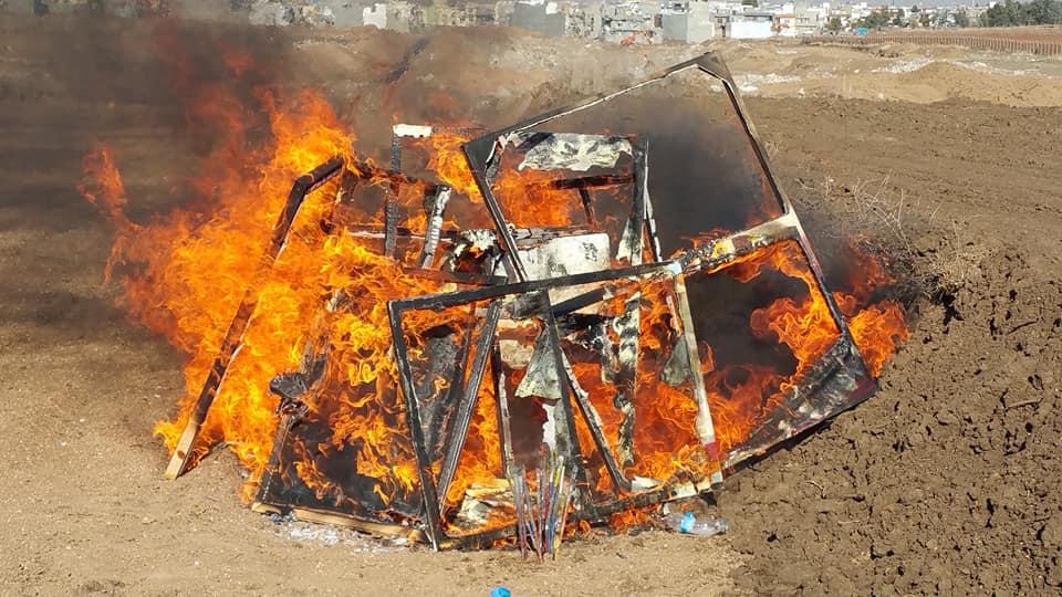هونەرمەند کامەران قەرەداخی بەشێک لە کارە هونەرییەکانی خۆی وەک ناڕەزایی بەرانبەر خراپیی دۆخی هونەر لە هەرێمی کوردستان سوتاند|| فۆتۆ: ههژماری كامهران قهرهداخی له فهیسبووك